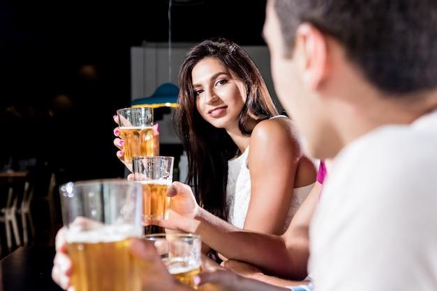 Amigos alegres no bar.