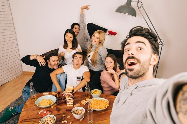 Amigos alegres posando para selfie