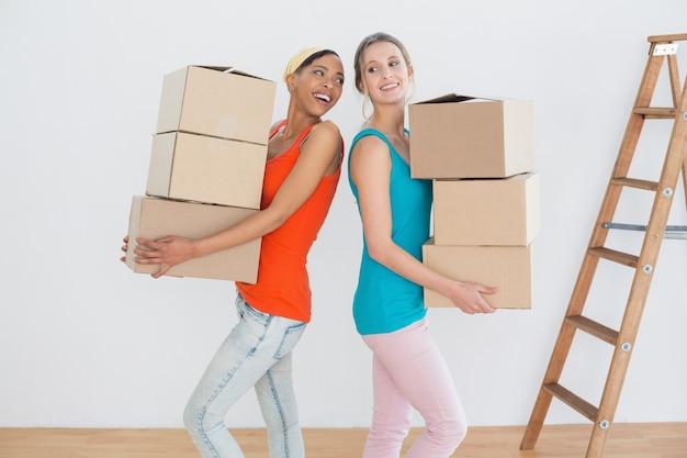 Amigos alegres se mudando em uma nova casa