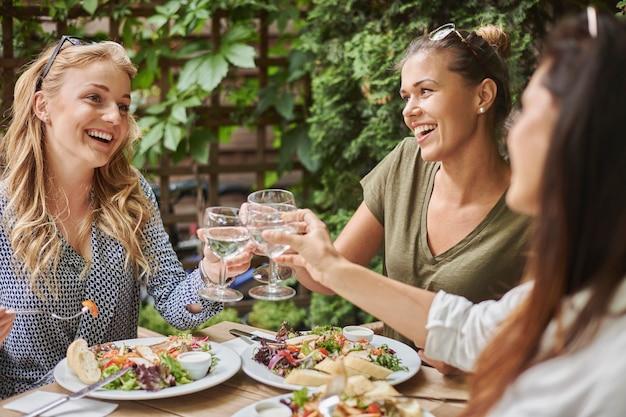 Amigos almoçando em um restaurante