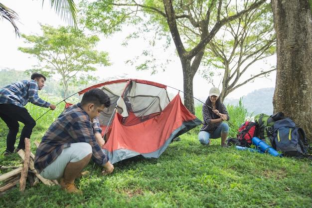 Amigos alpinista montar a barraca