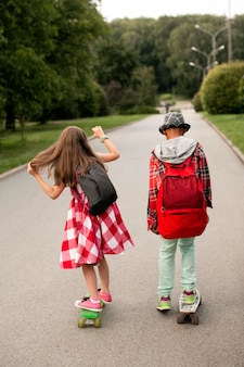 Amigos andando de skate no parque