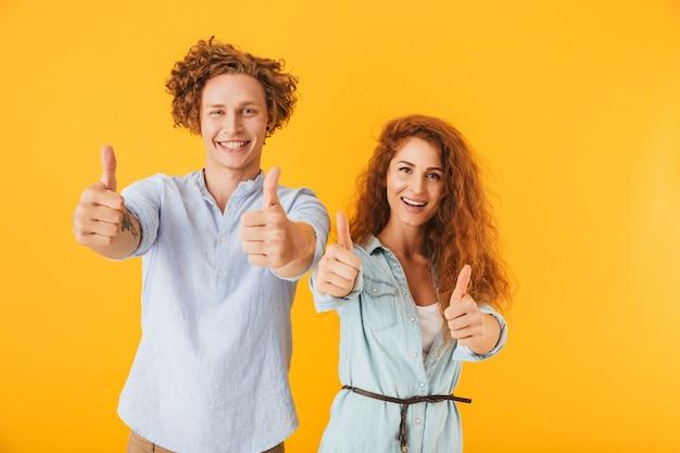 Amigos animados, amando o casal mostrando os polegares.