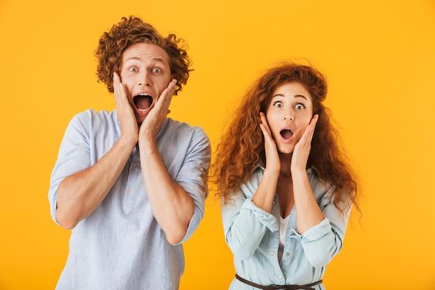 Amigos animados e chocados amando casal