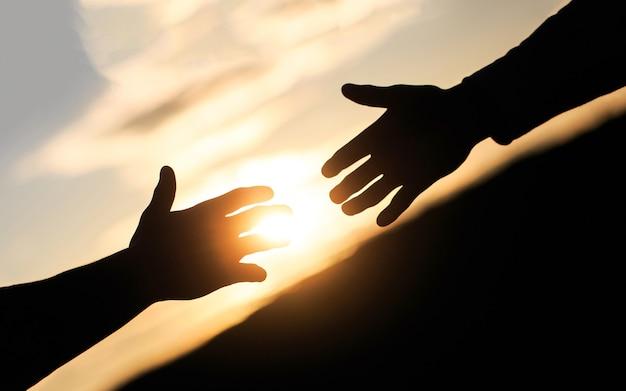 Amigos aperto de mão amigáveis cumprimentando o trabalho em equipe, amizade, a salvação das mãos estendidas