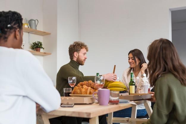 Amigos, aproveitando o almoço juntos