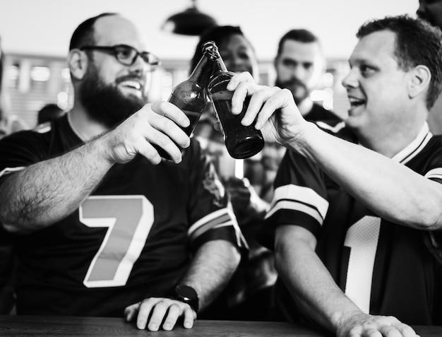 Amigos assistindo esportes em um bar