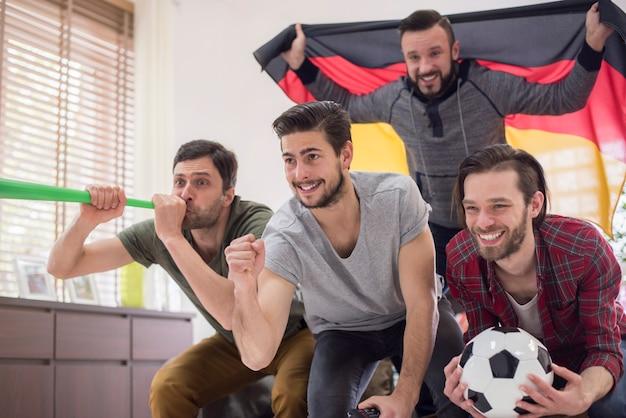 Amigos assistindo jogo de futebol