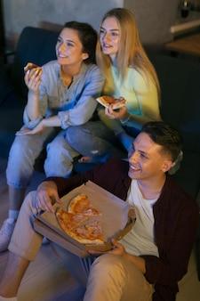 Amigos assistindo netflix juntos dentro de casa