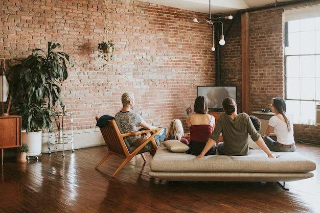 Amigos assistindo programas de tv juntos