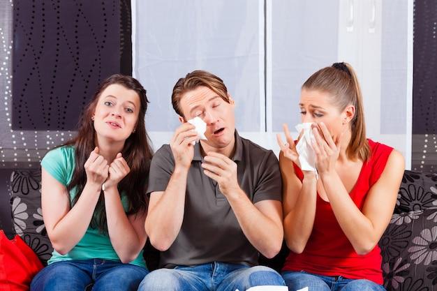 Amigos assistindo um filme triste na tv