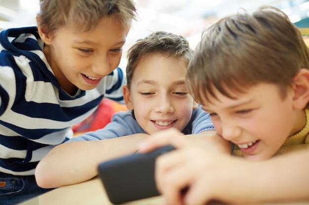 Amigos assistindo vídeos em um smartphone