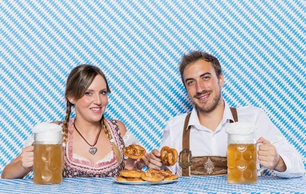 Amigos bávaros com petiscos da oktoberfest