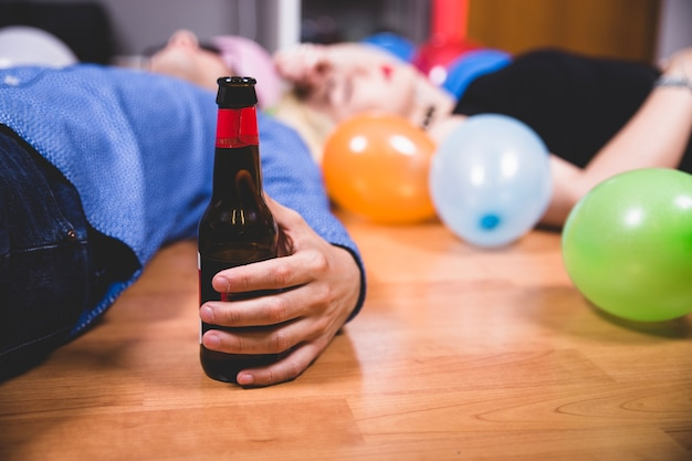 Amigos bêbados após a festa