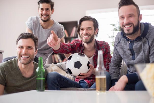 Amigos bebendo cerveja e assistindo jogo de futebol