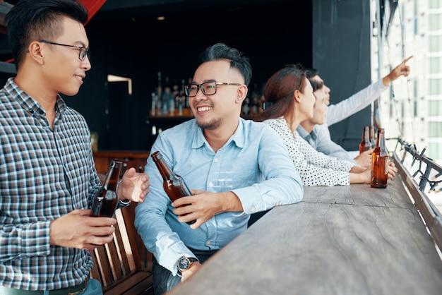 Amigos, bebendo cerveja no bar