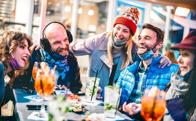 Amigos bebendo coquetel em bar restaurante ao ar livre