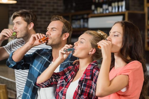 Amigos bebendo tiros