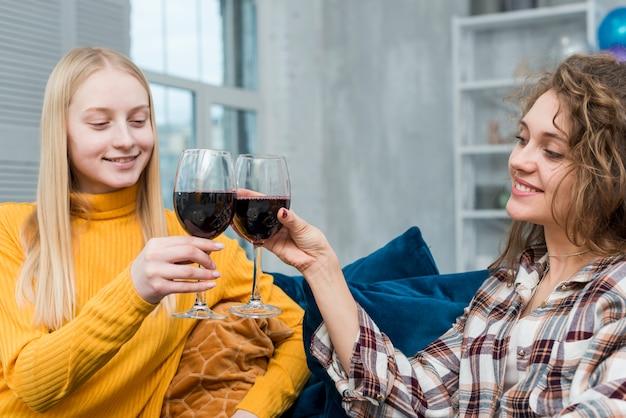 Amigos, bebendo, um, xícara vinho