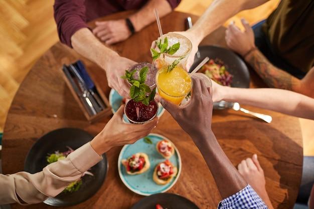 Amigos brindando com bebidas