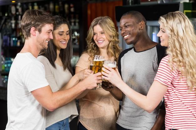 Amigos brindando com cerveja
