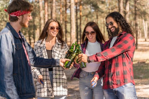 Amigos brindando com cervejas ao ar livre