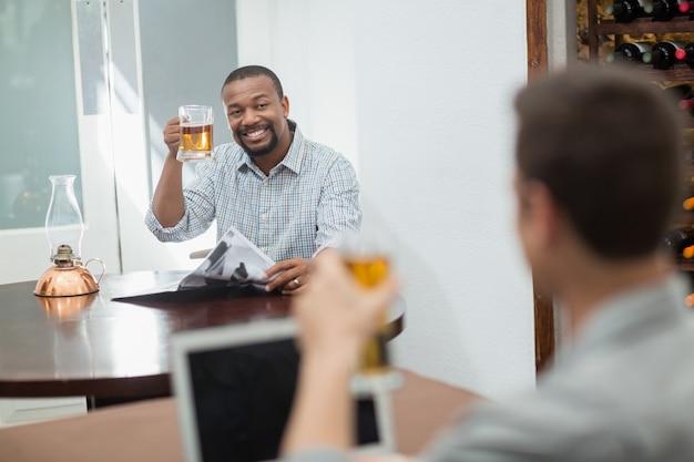 Amigos brindando copos de cerveja