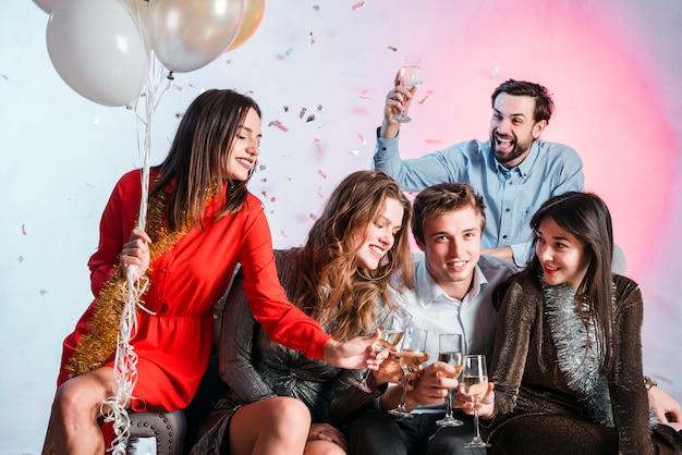 Amigos brindando em uma festa de ano novo