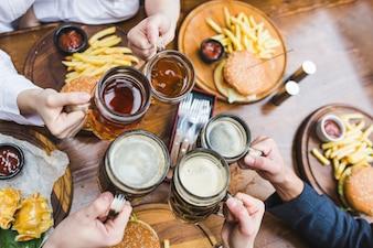 Amigos, brindar, com, cerveja, em, restaurante
