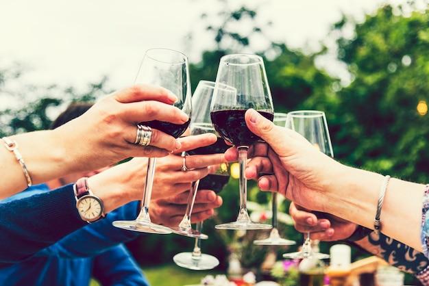 Amigos, brindar, em, um, ajardine partido