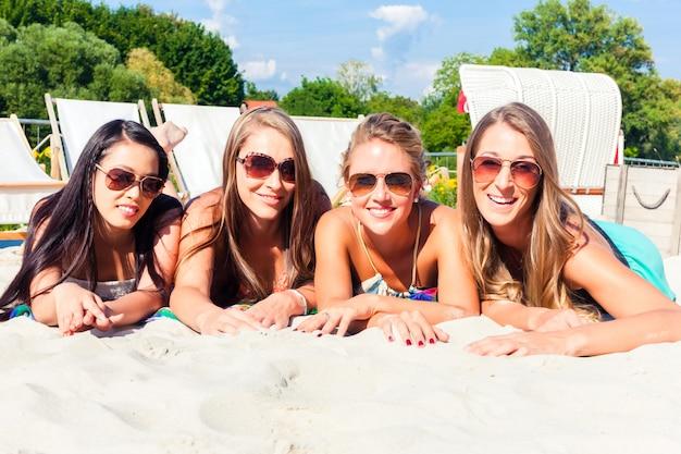 Amigos, bronzeando, em, praia, barzinhos, ligado, areia