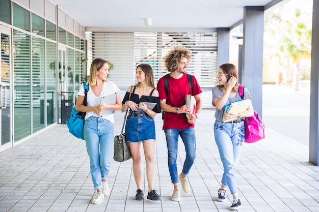Amigos caminhando de estudos juntos