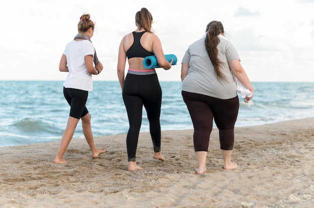 Amigos caminhando na costa