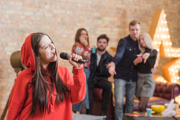 Amigos, cantando, karaoke, em, um, partido