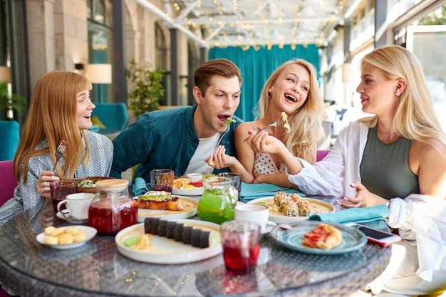 Amigos caucasianos alegres passando um tempo juntos