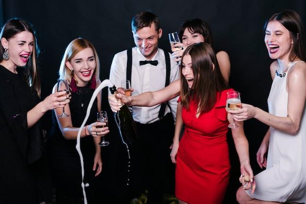 Amigos, celebrando, ano novo véspera