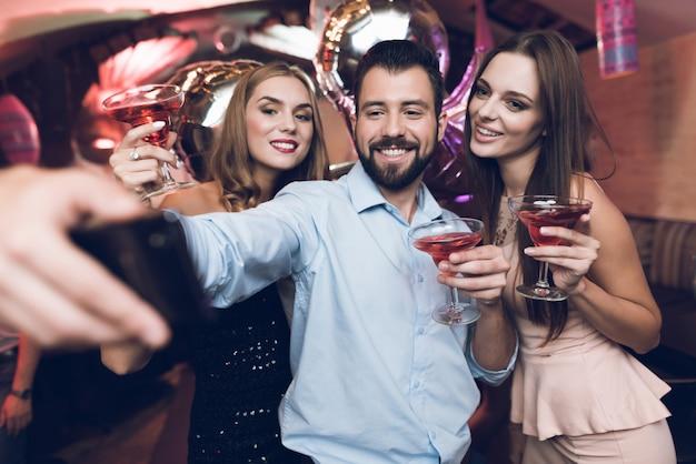 Amigos, celebrando, em, luxo, boate