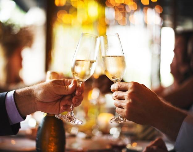 Amigos, celebrando, novo, véspera