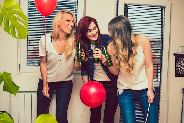 Amigos, cerveja, festa e balões