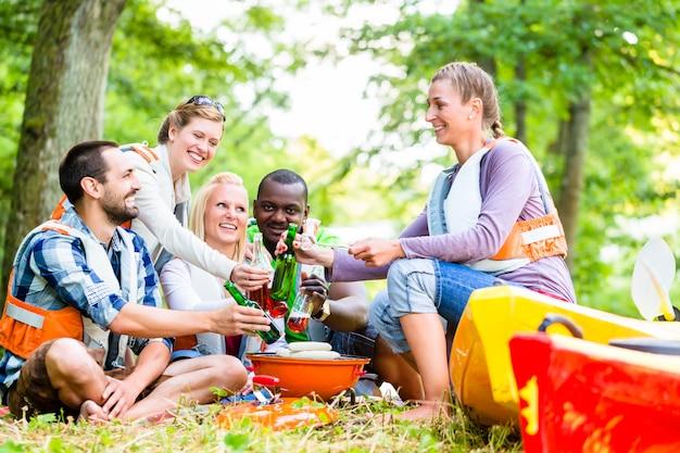 Amigos, churrasco, após, esportes, em, floresta, bebendo, cerveja