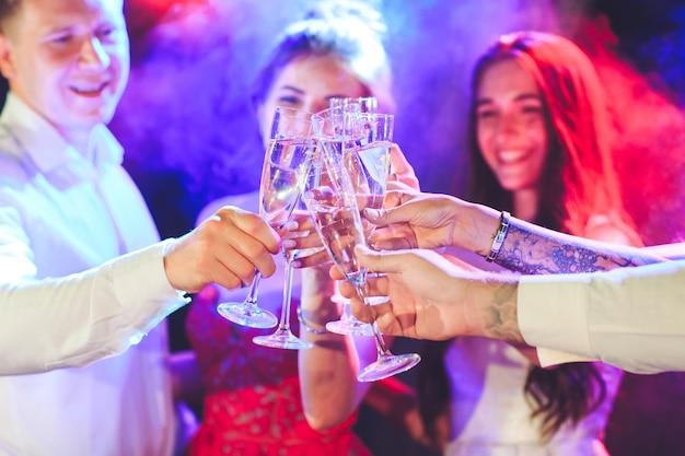Amigos com bebidas alcoólicas em uma festa.