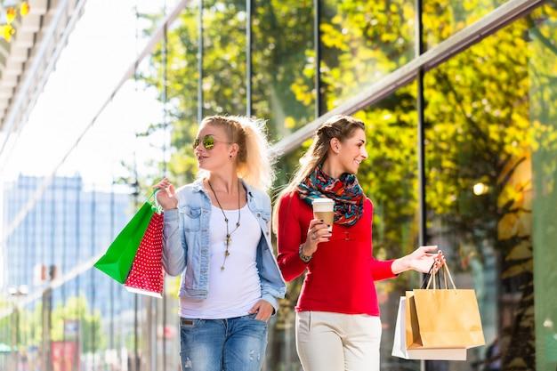 Amigos, com, bolsas para compras, em, rua