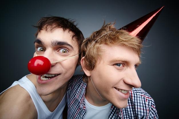 Amigos com chapéu de aniversário e nariz de palhaço