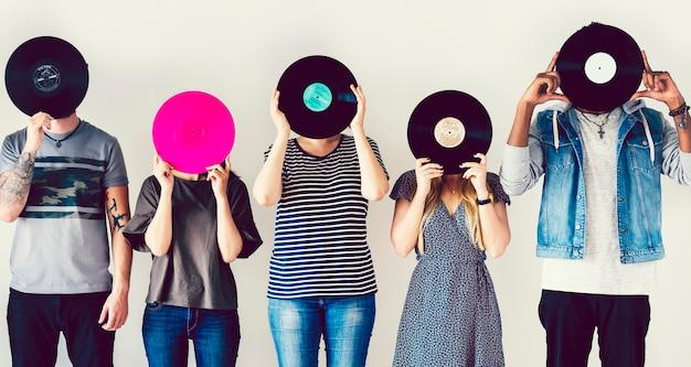 Amigos com discos de vinil vintage