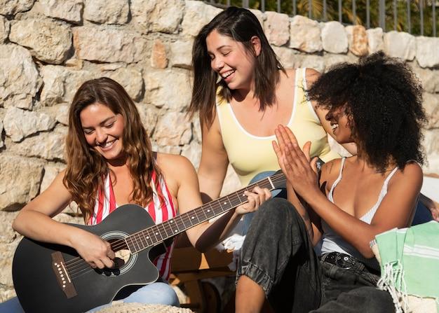 Amigos com guitarras médios gostosos