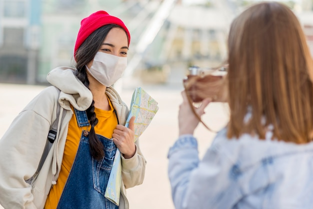 Amigos com máscara tirando fotos