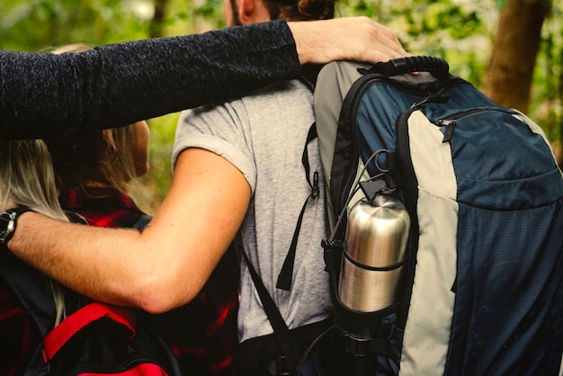 Amigos, com, mochilas, trekking, através, um, floresta