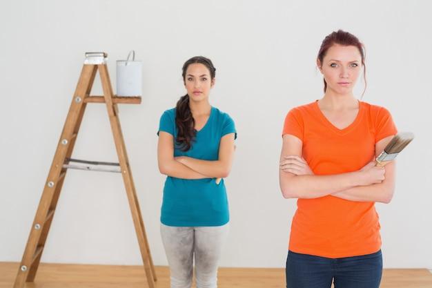 Amigos, com, pintar escovas, e, escada, em, um, casa nova