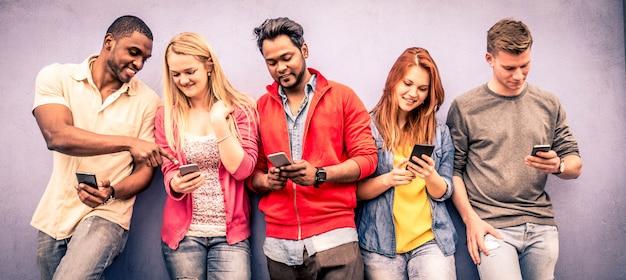 Amigos com smartphones