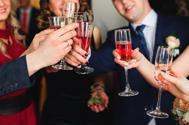 Amigos com taças de champanhe comemoram o casamento